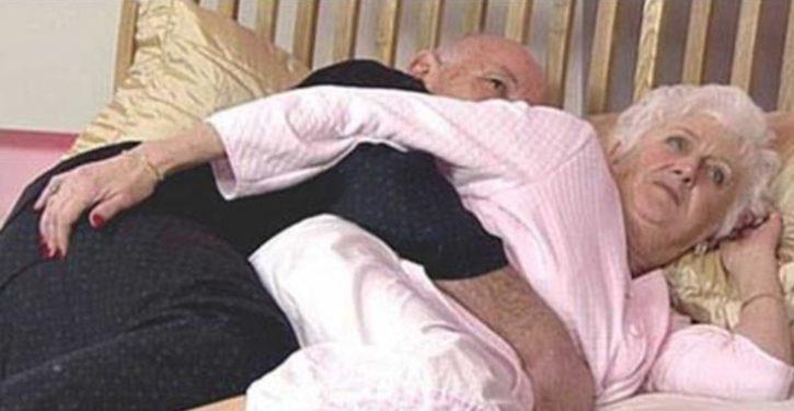 Après 50 ans de mariage, un couple était couché au lit une nuit, quand sa femme sentait que son mari commençait à la masser