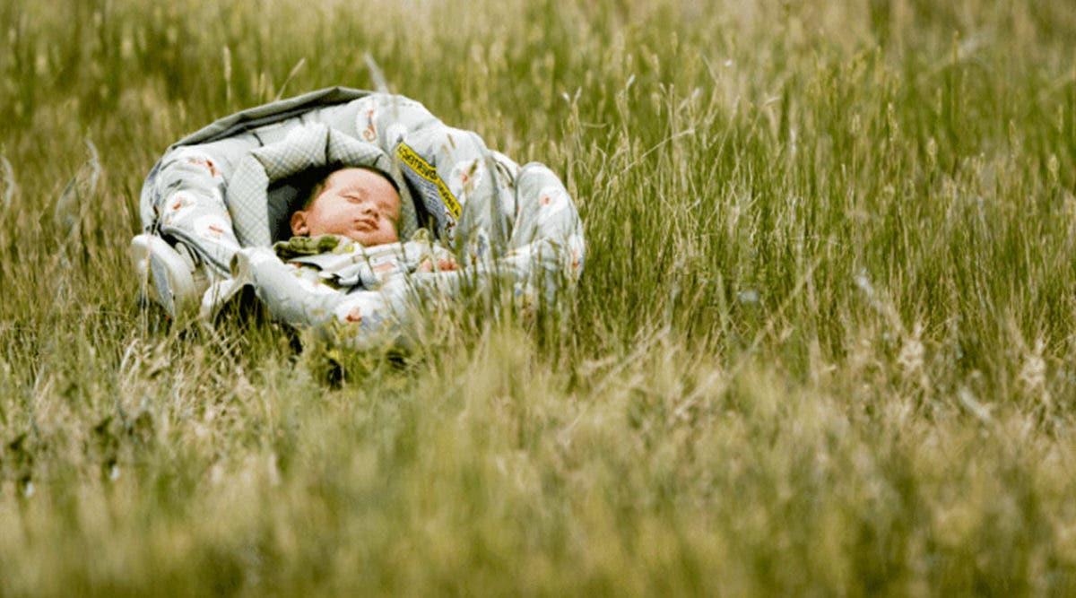 Un petit bébé de 2 jours abandonné au milieu d'une route est retrouvé par un passant