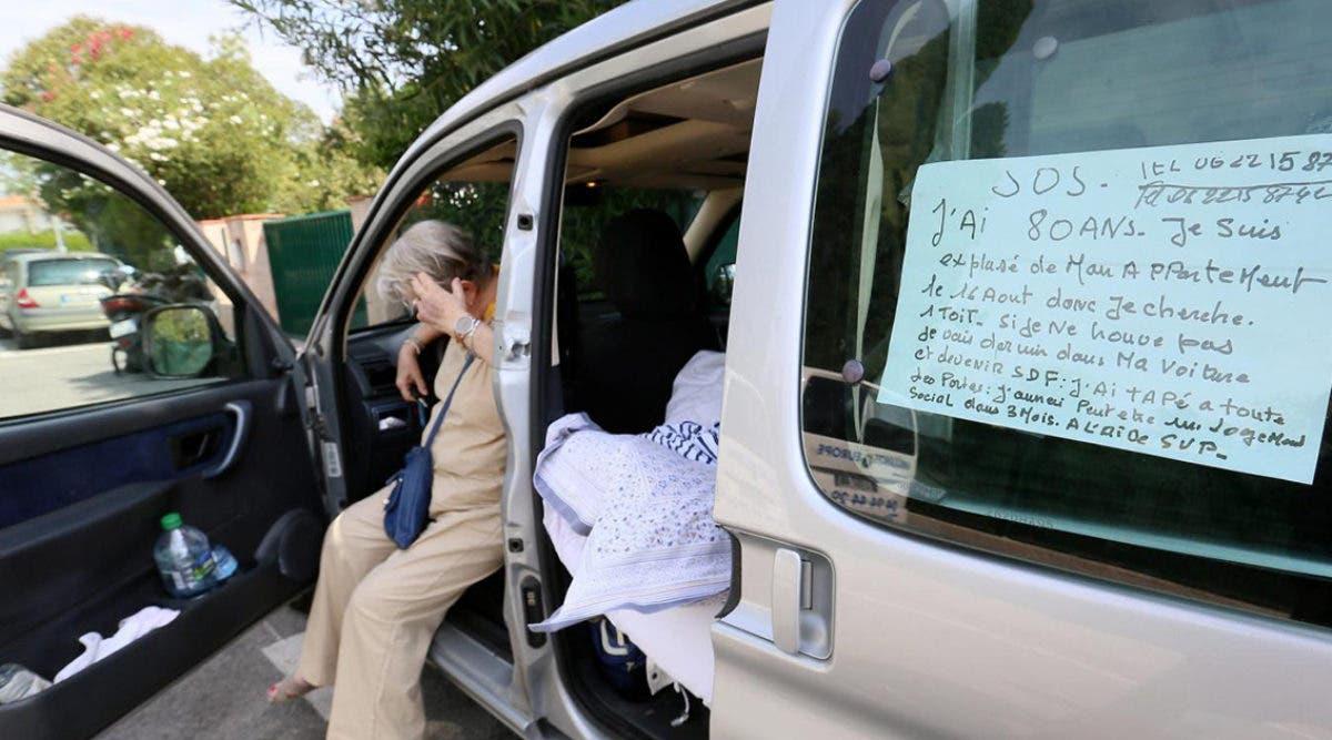 Expulsée de chez elle, cette mamie dort dans une voiture