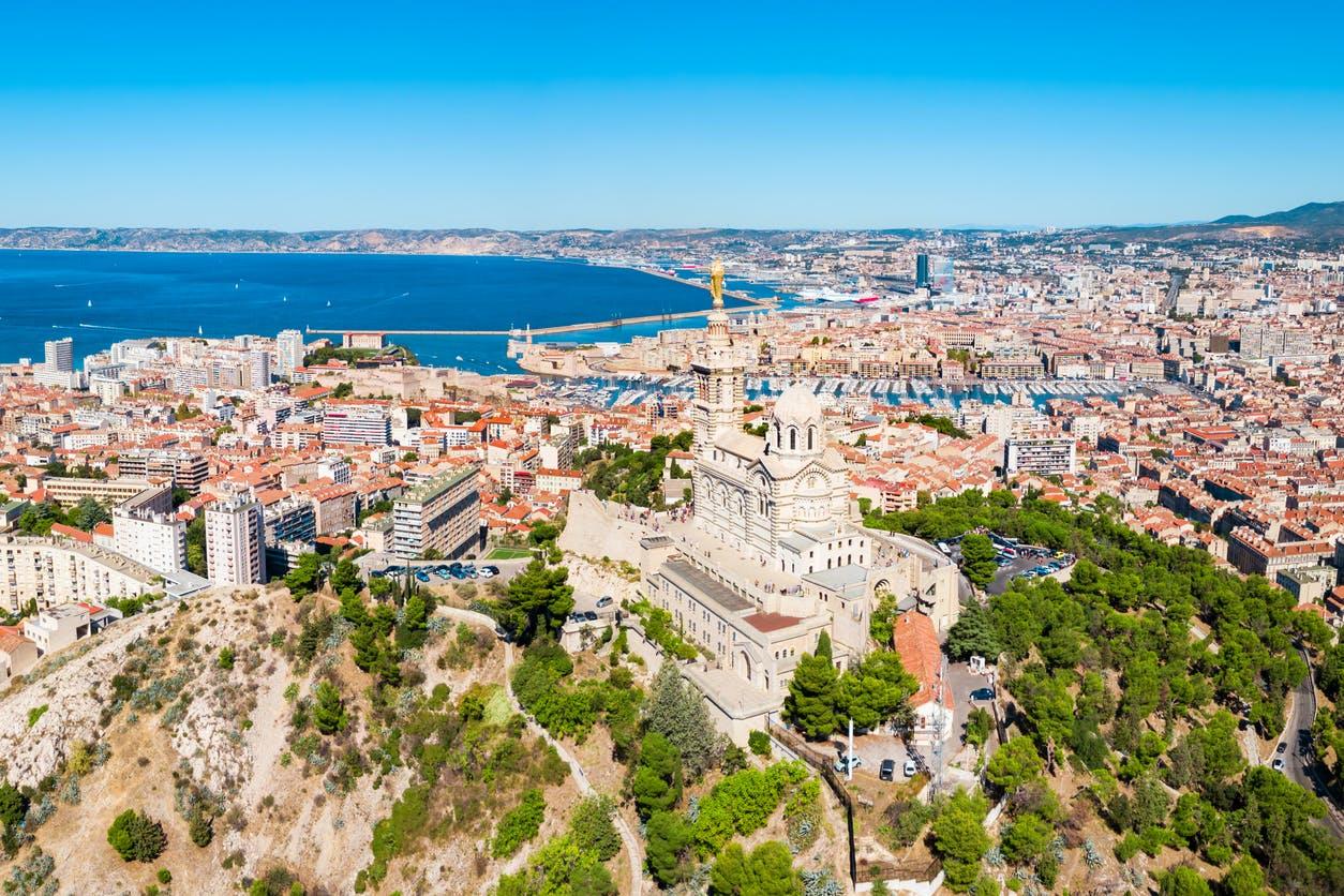 """Paris et Marseille classés en """"zones actives"""" de circulation du virus : qu'est-ce que cela change ?"""