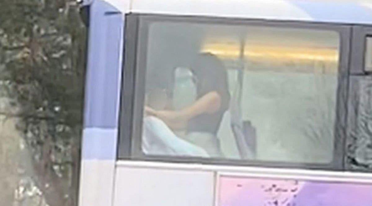 Un couple est filmé en train de faire l'amour à l'arrière d'un bus passant devant les écoles