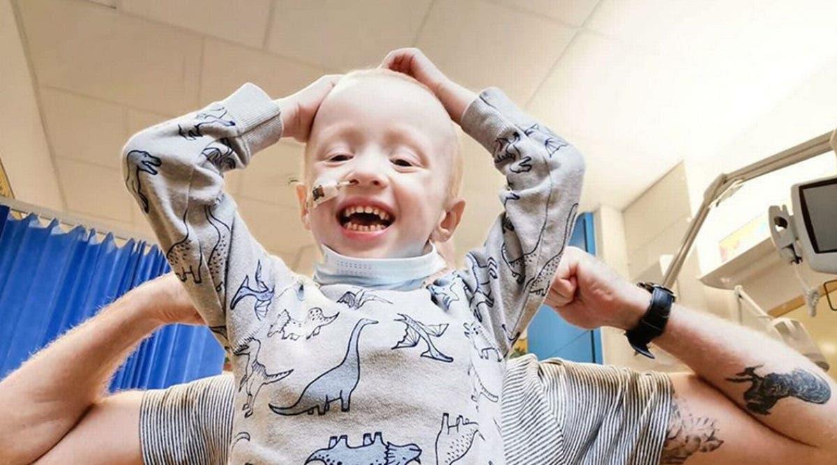 Un garçon de 4 ans atteint d'un cancer combat le coronavirus malgré une chimiothérapie exténuante